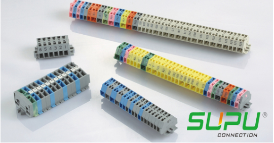接线端子排分很多种类型,常用的类型有电流端子、熔断型端子和双层端子,不同类型的端子作用不同。 电流端子:对于电路安装过程中需要对电路进行测试,要不断的断开和链接电路反复操作。 熔断型端子:对于一些特殊情况下电路保护来说,一台仪器或者设备的价值是不可估量的,由于电流电压的不稳定造成损失是很不明智的,所以在这种情况下就需要有一个可以保护电路的装置。在电流过大的时候会自动断开电路,由此熔断型端子设计而出。 双层端子:对于空间设计的需求,要求在一个小的空间里通过两根以上的电缆,由此设计出了双层接线端子。