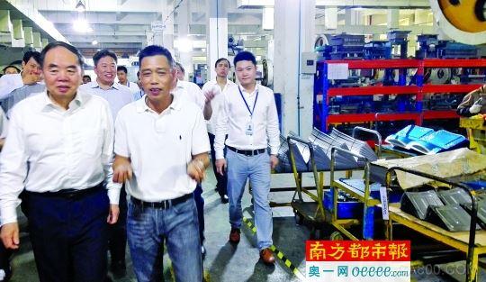 """伟仕达公司机器人应用成效:六秒生产一个零部件""""/"""
