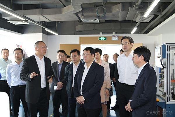 雷赛控制蔡兴华总经理在运动控制实验室向来访领导介绍创新技术