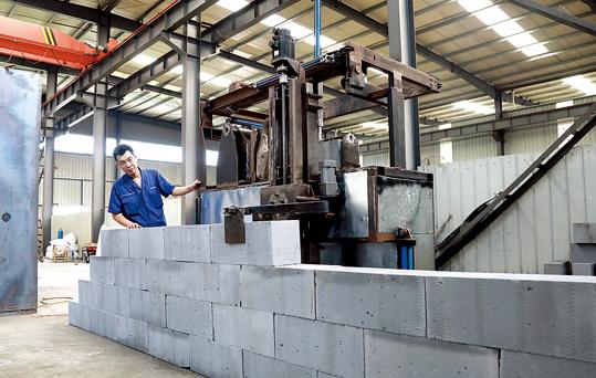 喜大普奔!国内首台智能砌墙机器人问世 未来将批量生产